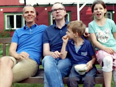 Mit Michael und Kai Korok aus Berlin hat erstmals ein schwules Paar ein Kind adoptiert. (Screenshot: YouTube)