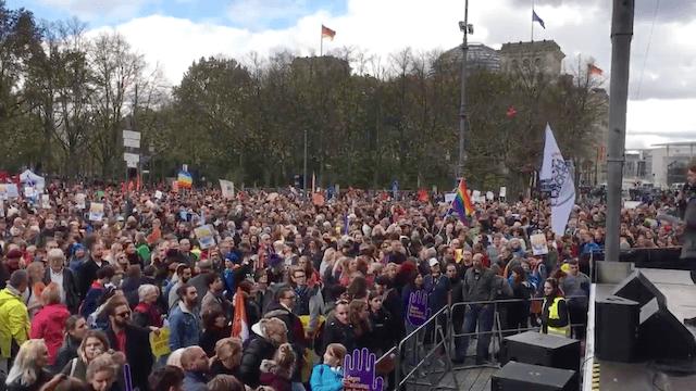 In Berlin demonstrierten Tausende gegen den Einzug der AfD in den Bundestag. (Screenshot: Twitter)