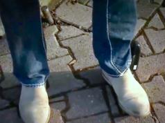 Trotz Fußfessel konnte der Gefährder Hussein Z. den bayrischen Behörden entkommen. (Screenshot: YouTube)
