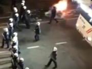 Marokkaner feierten den Sieg ihrer Mannschft über die Elfenbeinküste mit einer Straßenschlacht. (Screenshot: YouTube)
