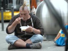 Polen schickt Sozialarbeiter nach Berlin, um obdachlose Landsleute bei der Heimkehr zu unterstützen. (Screenshot: YouTube)
