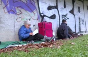 Heut gibt es zweieinhalbmal so viele wohnungslose Menschen in Deutschland wie noch vor zwei Jahren. (Screenshot: YouTube)